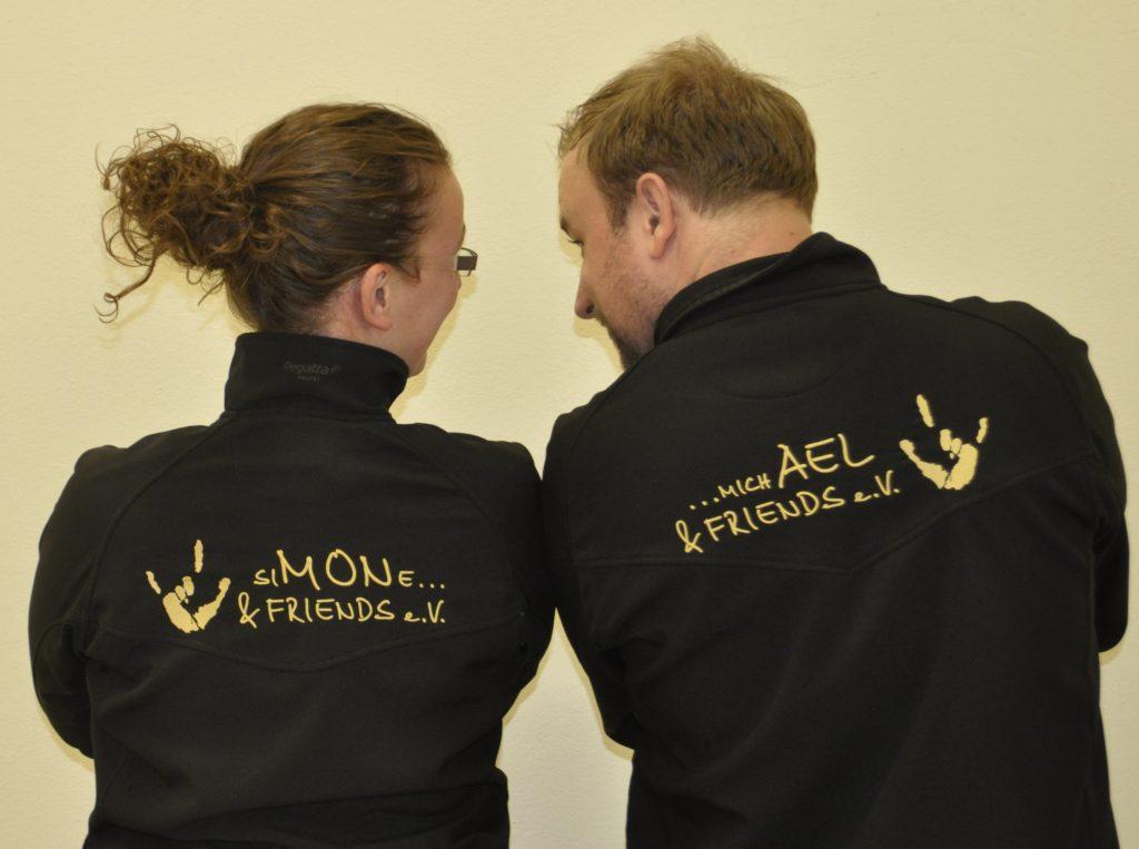 Michael und Simone in schwarzen Jacken mit der Aufschrift siMONe und michAEL.